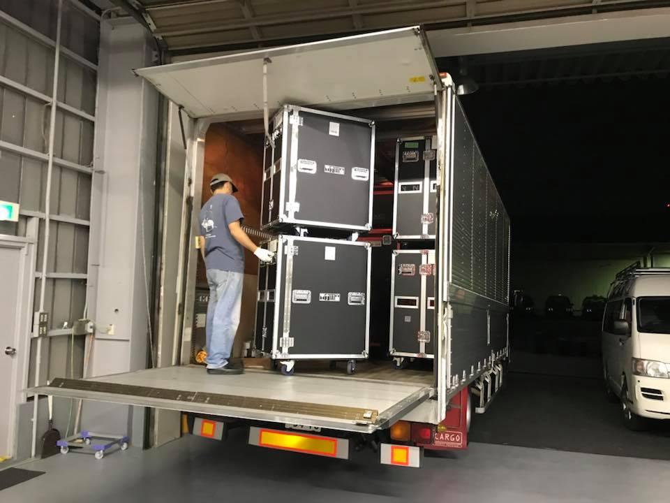 LEDビジョンを4tトラック満載で出荷