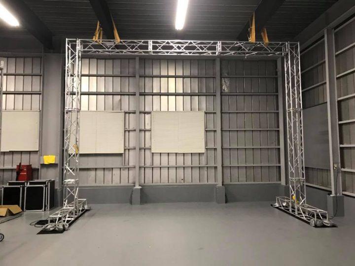 LEDビジョン用トラス組立その7 地震があっても倒れないように天井にベルトで固定します。