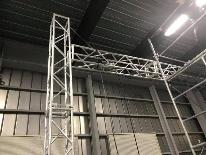 LEDビジョン用トラス組立その2 上に巻き上げると支柱にあたり上がらなくなります。
