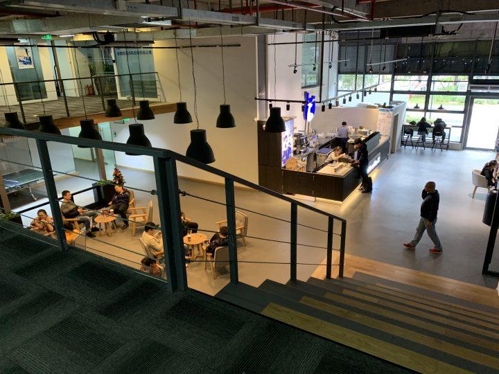 IMagnimage(マグニイメージ社)本社の1Fのカフェ。中2階にも席があり、PCを開いて作業している人も多数